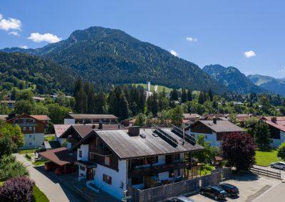 Hotel Sonnenheim Blick auf Skisprungschanzen Oberstdorf